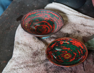 "Expanding the range of expression by layering and polishing lacquer – ""Sendai Tsuishu Artist Kazunori Minami"""