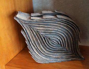 薄く形作られた土のオブジェ「陶芸家 泉田之也」